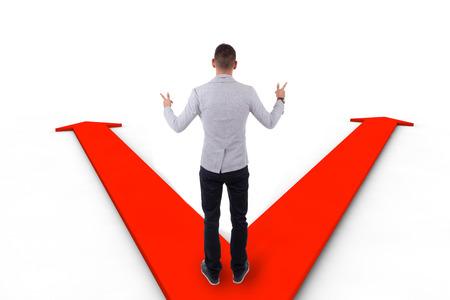 hesitating: Hombre de negocios del afroamericano que vacila entre las dos formas indicadas por las flechas