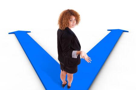 hesitating: Mujer de negocios del afroamericano que vacila entre las dos formas indicadas por las flechas Foto de archivo