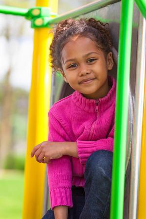 Retrato al aire libre de un Niña del afroamericano lindo juega en el patio
