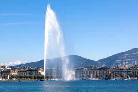 スイス連邦共和国のジュネーブの街のシンボルの水のジェット