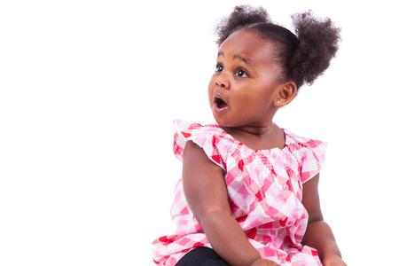 Verrast klein Afrikaans Amerikaans meisje, geïsoleerd op een witte achtergrond