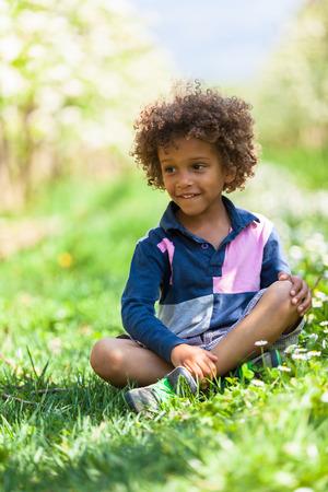 garcon africain: Mignon petit garçon africain américain jouant en plein air - les Noirs