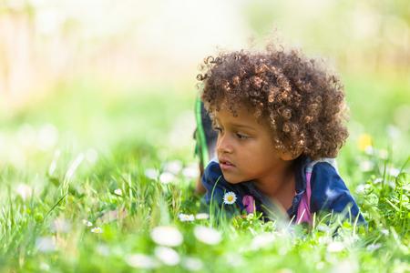 personnes noires: Mignon petit gar�on africain-am�ricain jouant en plein air - les Noirs