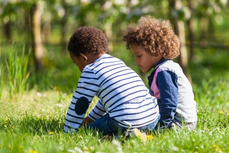 personnes noires: Mignons petits gar�ons africains am�ricains jouant en plein air - les Noirs Banque d'images