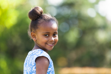 fille noire: Outdoor Close up portrait d'une jeune fille noire mignonne souriant - Africains Banque d'images