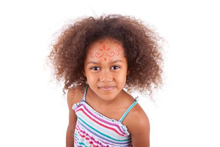 pintura en la cara: Pintura linda joven africano chica americana blanca sobre la cara, aislado en fondo blanco - los negros