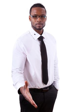 personas saludandose: Hombre de negocios del afroamericano que da una mano, aislados en fondo blanco - los negros Foto de archivo