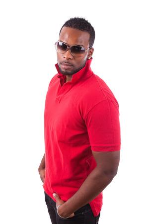 belleza masculina: African American hombre con gafas de sol, aislado en fondo blanco