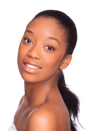 traitement: Belle femme afro-américaine face-Noirs, isolés sur fond blanc