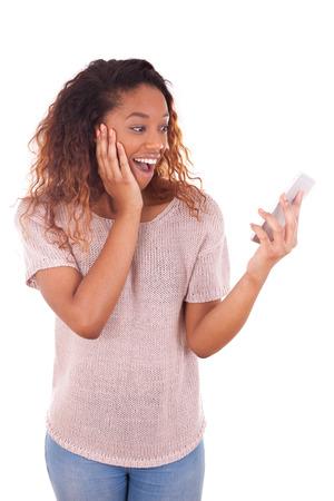 black girl: Ekstatische junge afroamerikanische Frau, die einen Anruf auf ihrem Smartphone