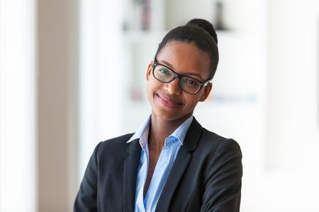 female portrait: Retrato de una joven mujer afroamericana de negocios - los negros