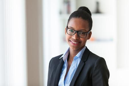 business smile: Retrato de una joven mujer afroamericana de negocios - los negros