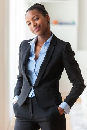noir et blanc: Portrait d'une jeune africaine femme d'affaires am�ricaine - les Noirs