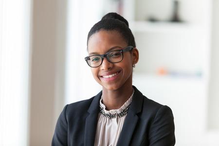 Portrait d'une jeune femme d'affaires afro-américaine - les Noirs