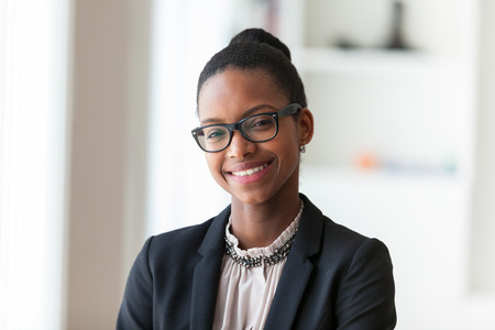 persona de pie: Retrato de una joven mujer afroamericana de negocios - los negros