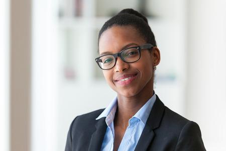 profesionistas: Retrato de una joven mujer afroamericana de negocios - los negros