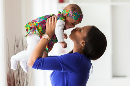 Молодые афро-американских мать, играя с ее девочка Фото со стока