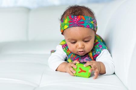 작은 아프리카 계 미국인 소녀 재생의 초상화 - 블랙 사람들 스톡 콘텐츠