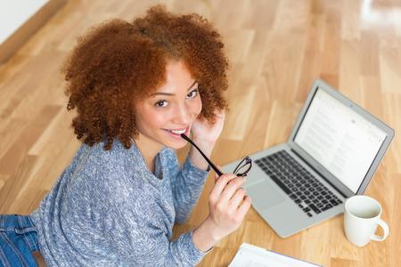 노트북을 사용하는 블랙 아프리카 계 미국인 학생 소녀 스톡 콘텐츠
