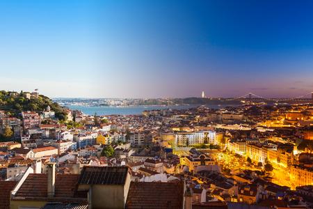 세뇨에서 리스본 옥상의 공중보기 몽타주에서 포르투갈 밤에 일 fromn 몬테 관점 (Miradouro)을 할