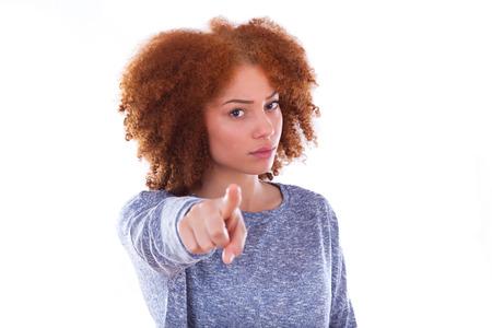 怒っているアフリカ系アメリカ人 10 代少女見て、白い背景で隔離