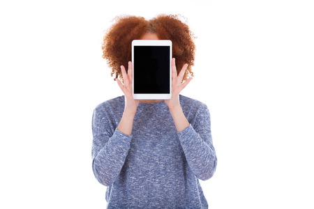 그녀의 얼굴의 앞에 촉각 태블릿을 들고 검은 아프리카 계 미국인 학생 소녀