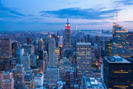 aerial: Vista aérea noche del horizonte de Manhattan - Nueva York - EE.UU.