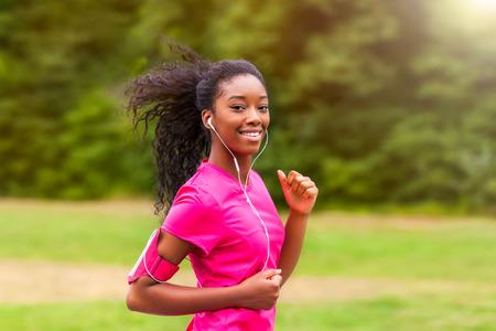 ginástica: Corrida corredor africano americano mulher ao ar livre - Fitness, pessoas e estilo de vida saud Banco de Imagens