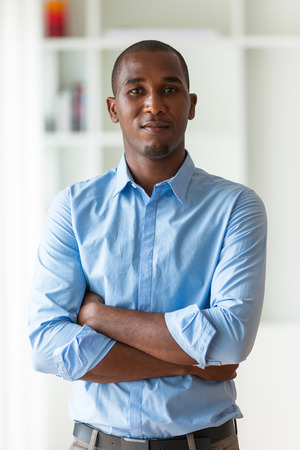 afroamericana: Retrato de un joven hombre de negocios estadounidense - los negros Foto de archivo