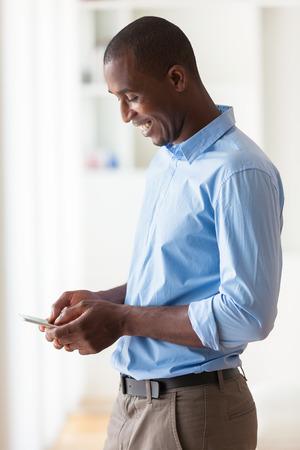 휴대 전화를 사용하여 젊은 아프리카 계 미국인 비즈니스 남자의 초상화 - 블랙 사람들 스톡 콘텐츠