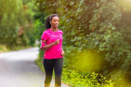estilo de vida: Corrida corredor africano americano mulher ao ar livre - Fitness, pessoas e estilo de vida saud�vel Imagens