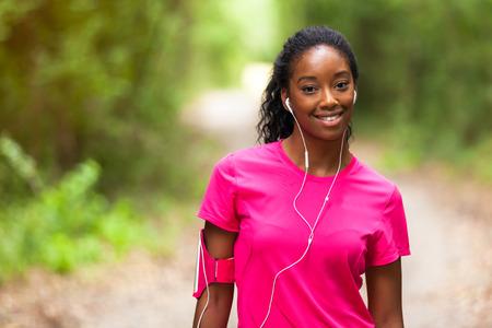アフリカ系アメリカ人女性のジョガー肖像 - フィットネス、人や健康的なライフ スタイル