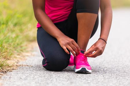 Americana mujer corredor de cordón de zapato endurecimiento de África - fitness, personas y vida sana