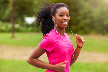 ginástica: Corrida corredor africano americano mulher ao ar livre - Fitness, pessoas e estilo de vida saudável Banco de Imagens