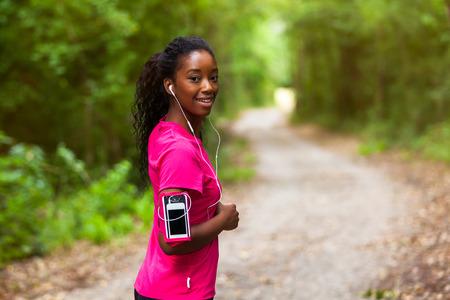 personas saludables: Afroamericana retrato de mujer corredor - fitness, personas y vida sana Foto de archivo