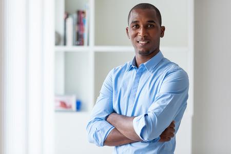 若いアフリカ系アメリカ人ビジネスの男 - 黒の人々 のポートレート
