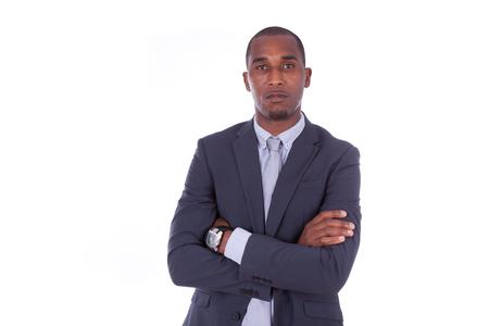 -黒人の白い背景の上の腕を組んで不幸なアフリカ系アメリカ人ビジネスマン
