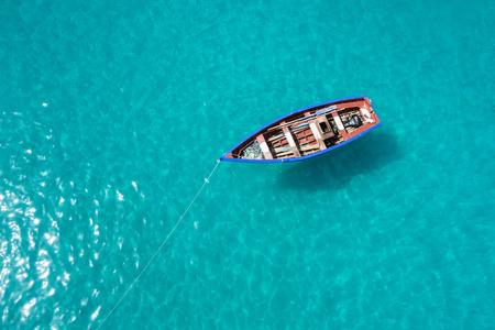 barca da pesca: Barca tradizionale pescatore a Santa Maria in Isola di Sal a Capo Verde - Cabo Verde