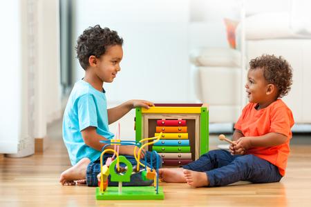 Afrikaanse Amerikaanse broers kind samen spelen Stockfoto