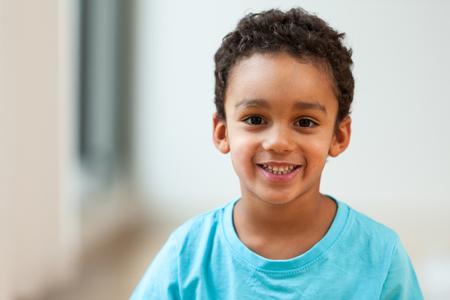 Portret van een schattig klein Afro-Amerikaanse jongen glimlachen Stockfoto