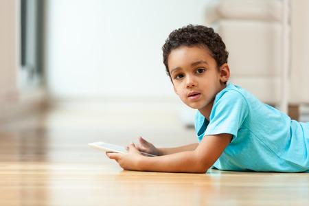 garcon africain: Petit garçon afro-américaine utilisant une tablette tactile