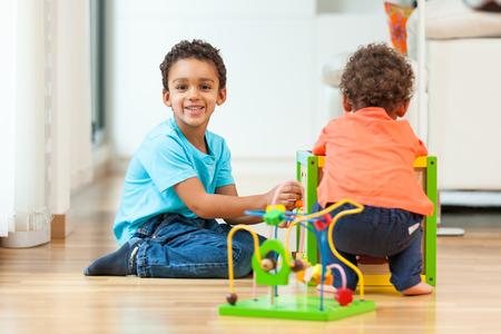 アフリカ系アメリカ人兄弟の子供が一緒に遊んで