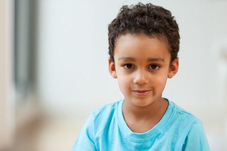 Retrato de un pequeño muchacho afroamericano lindo sonriendo Foto de archivo - 45736498