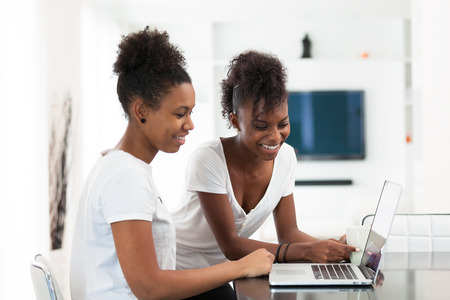 노트북 컴퓨터를 사용하는 아프리카 계 미국인 학생 여자 - 흑인 스톡 콘텐츠