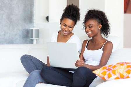 famille africaine: Filles d'étudiants afro-américains utilisant un ordinateur portable - les Noirs