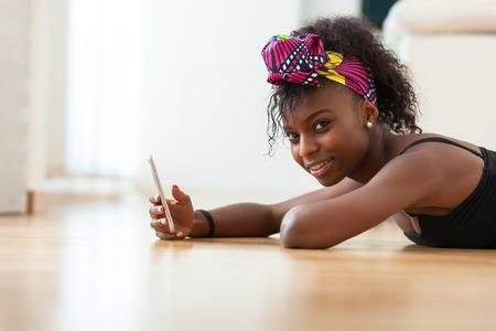 black girl: African American Frau Senden einer Textnachricht auf einem beweglichen Telefon - Schwarze Menschen Lizenzfreie Bilder