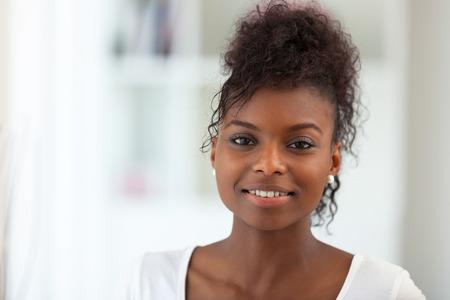 人: 美麗的非洲裔婦女肖像 - 黑衣人 版權商用圖片