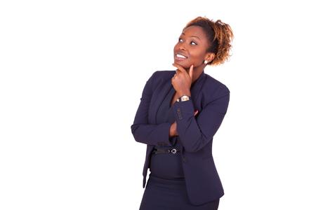 pensando: Mulher de negócio do americano africano com os braços cruzados olhando para cima, isolado no fundo branco - Os negros