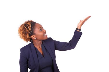 Mujer de negocios estadounidense señalando algo - los negros Foto de archivo - 47383201