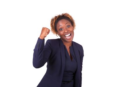 femmes souriantes: Africaine femme d'affaires américaine avec le poing fermé, isolé sur fond blanc
